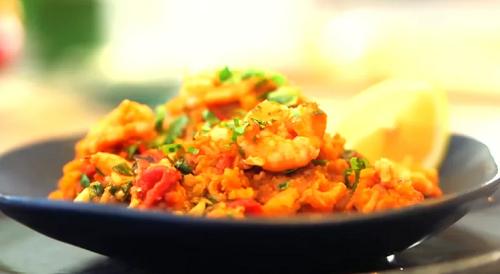Lisa Faulkner's one-pot prawn and chorizo rice on Lorraine